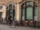 un ciclista en Lucca