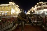 Roy & Minnie statue, night