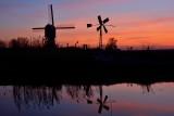 Twee molens bij zonsondergang
