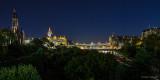 Blick über die Princess Street Gardens auf die Waverley Bridge, Waverley Station, Balmoral Hotel und das Scott Monument