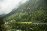 Route protégée par des pare-avalanches comme celui-çi.