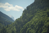Remarquez la petite église et son hameau en haut du rocher en bas à gauche de l'écran.