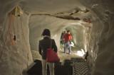 J'ai hésité à mettre cette photo, car manque de lumière. Mais elle donne l'ambiance du tunnel sous le glacier.