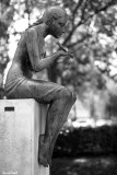 La statue de la Baigneuse assise regardant une libellule