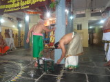 Sri Puthur Raghuraman Swami acknowledging the felicitation of Sri Krshna Iyengar