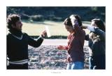 Abril 1981 · Vall del Roncal, Navarra. Pedro aguantant el mirall, Mari Angels i Lourdes
