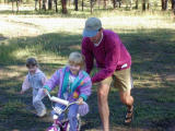 Uncle Kelly helps Caitlinget going on her 2-Wheeler