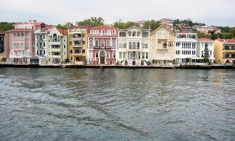 These are yali  (shorefront wooden townhouses)