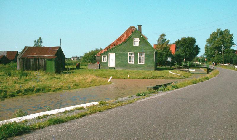 Oostzaan de haal de houten palen van het P.E.N. staan er nog (1976)