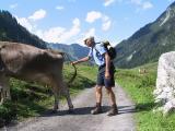 Kleinwalsertal - Gemsteltalwanderung (22.7.2002) - Warte mal, gibts auch Erdinger oder nur Milch - ich pumpe mal