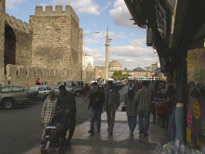 Kayseri at city walls 2548