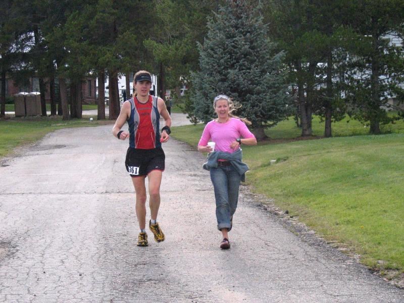 Leah leads Scott down from the aid station