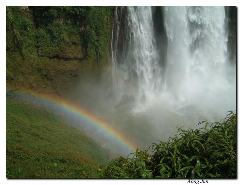 瀑布旁的彩虹