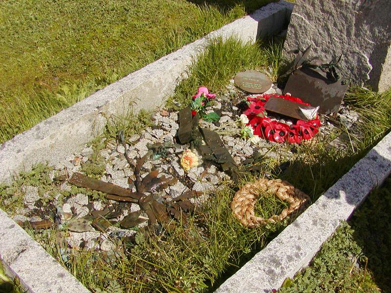Martins rope wreath memento at Shackletons grave