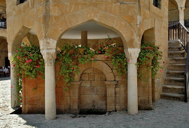 Büyük Han (mosque in courtyard)