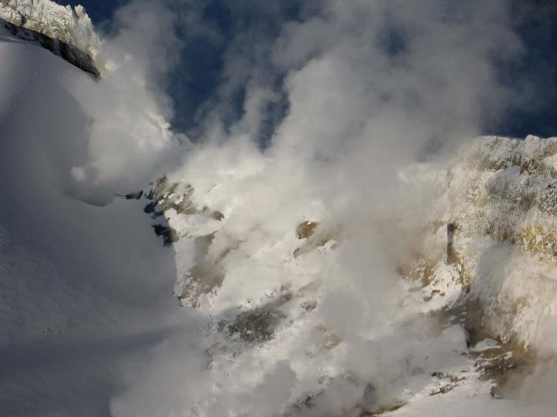 Mt Baker Crater, W Fumaroles (MtBaker032305-125adj.jpg)