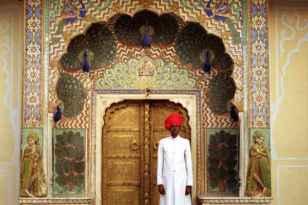 jaipur-palace-gate-and-guard