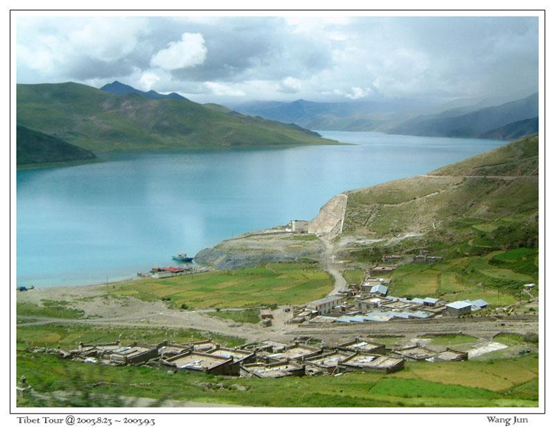 羊卓雍错湖边的小镇
