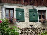 Fenêtres avec volets décorés