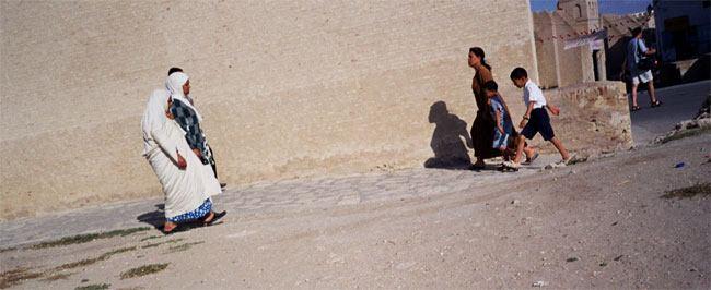 kairauan ladies going to pray