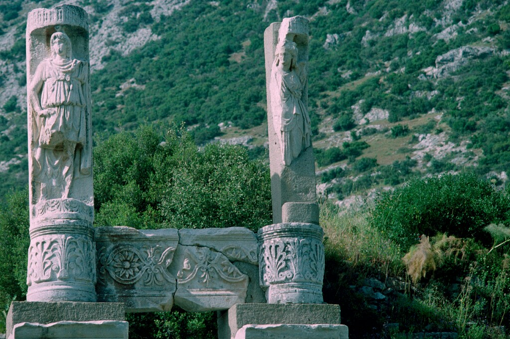Efes pillars with humans