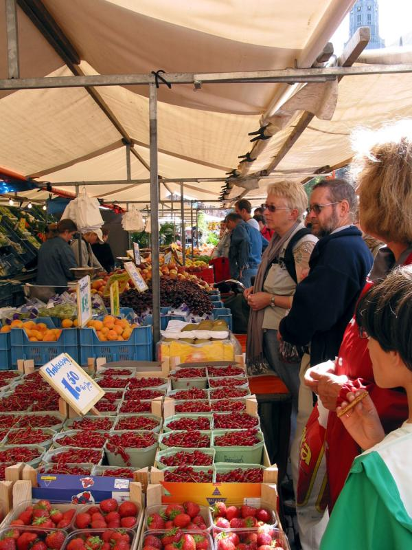 Jan and Rick buying fruit