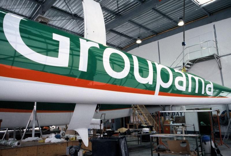 Le trimaran Groupama 2 en cours de finition à Lorient