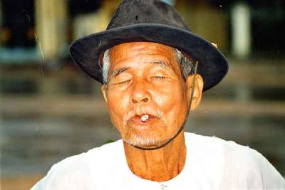 Old-man-near-cao-dai.jpg