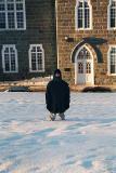 Il est difficile a marché dans le neige profond