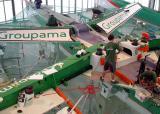 Le trimaran Groupama 2 en cours de finition à Lorient en juillet 2004