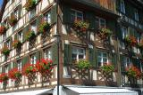 Geranien geschmücktes Haus