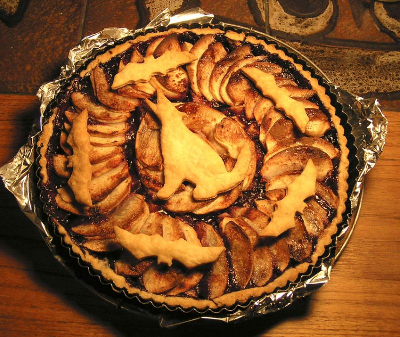 Halloween Season Tart with dough coyote and bats (Tarte aux pommes et bleuets), homemade by the photographer