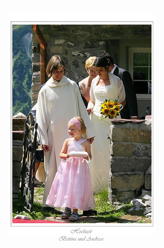 Frau Pfarrer mit Blumenmädchen - Brautpaar - und Brautführerpaar
