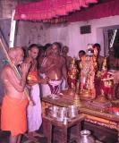 Srimath Azhagiyasingar enjoying the thirumEni soundaryam of perumAL