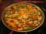 Si el arroz tarda 20 minutos, por ejemplo, a los 10 minutos agregue los frutos de mar.  Girar la paellera continuamente.