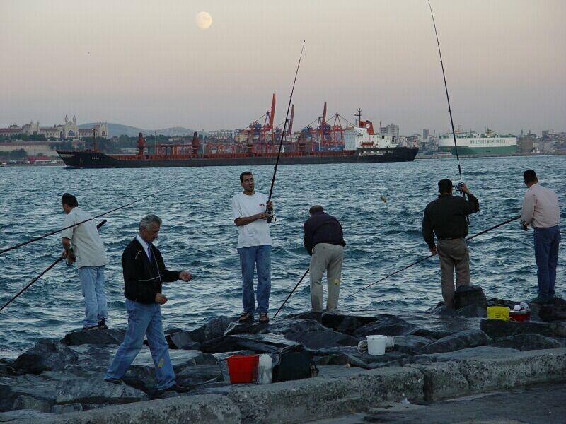 Istanbul fishermen at Bosporus 2003 09 08