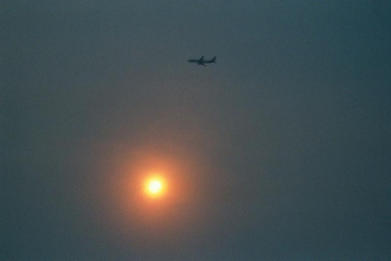 737 lands thru the Canberra Bushfire smoke & sun