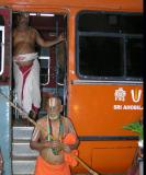 Srimath Azhagiyasingar arriving for dOlai