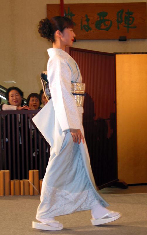 Model White and Gold Kimono: Posture!