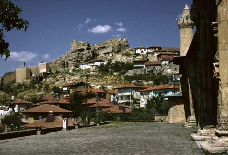 Divrigi West facade with castle 1b