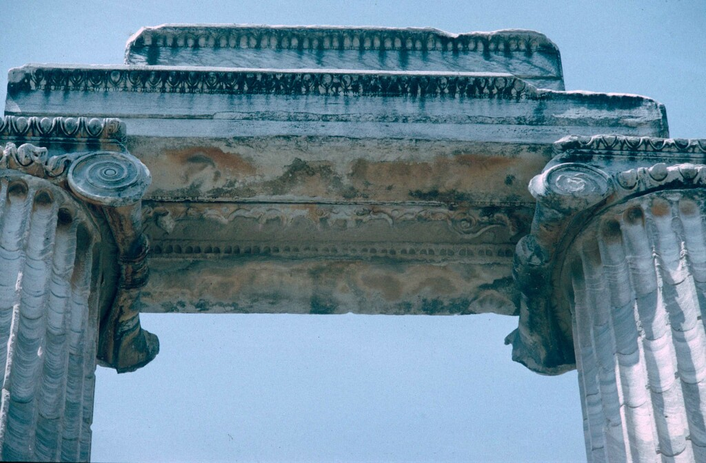 Dydima Apollo temple pillar top 1