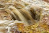 detalhe das águas acobreadas do Rio Serrano