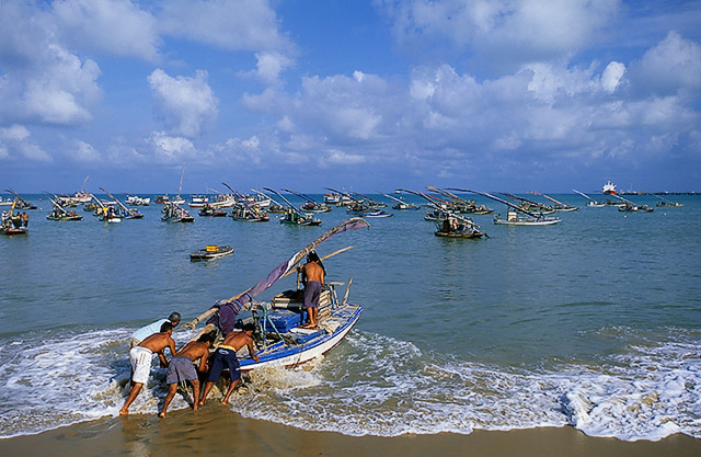 pescadores partindo para o mar na praia do mucuripe