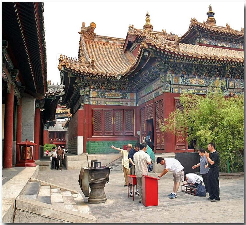 Yonghe Lamasery - Offering prayers