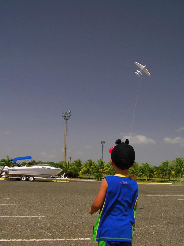 20-Mar-2005. Flying the plane / Volando al aeroplano