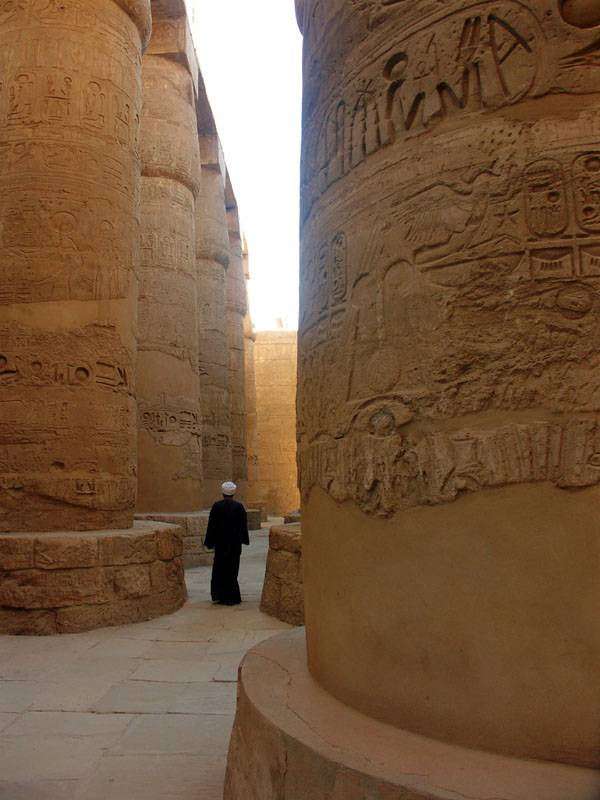 Humans are small in Karnak