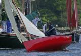 Jeudi 5 mai - Une coque rouge sur la rivière d'Auray