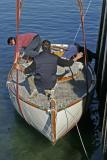 Grutage de As de Coeur un sloop aurique, au port de Larmor-Baden