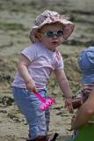Petite fille sur la plage de l'île Berder