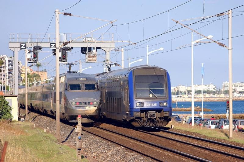 A TGV-Réseau and a modern Z23500 crossing each other in Cannes.